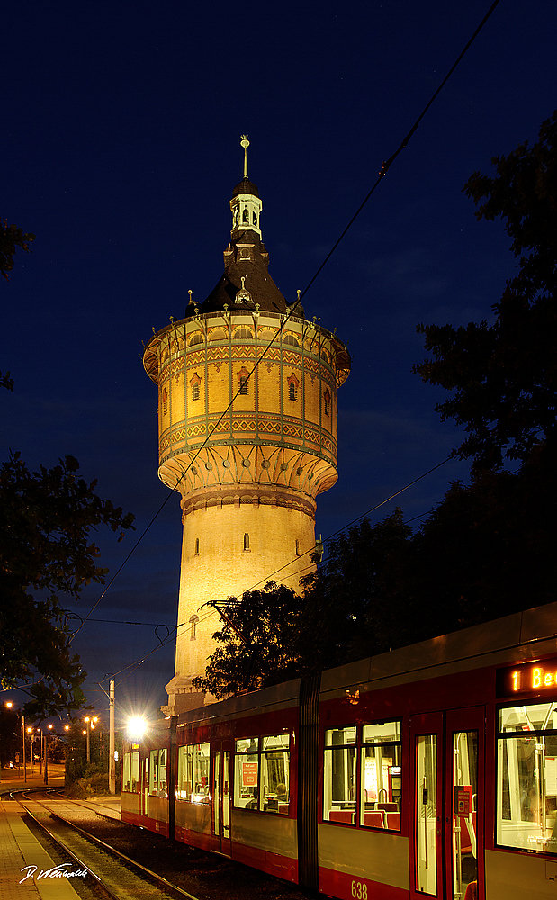 Wasserturm Nord Halle / Saale mit Straßenbahn